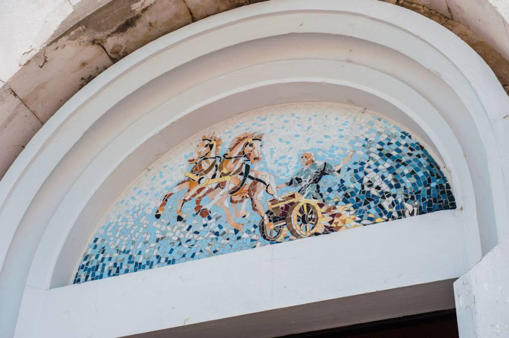 Mozaik iznad ulaznih vrata u crkvu